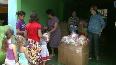 Crianças recebem cestas de páscoa na Vila das Batalhas, em Foz do Iguaçu - A distribuição é feita há anos pela moradora do bairro, mais conhecida como Dona Chica.