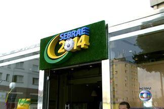 Sebrae monta loja modelo para orientar comerciantes em SP - Faltam 48 dias para a Copa do Mundo e muitos comerciantes estão em busca de bons negócios para ganhar dinheiro com o mundial. Ação oferece orientações aos lojistas. Loja foi montada em uma carreta no Brás, no Centro.