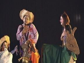Festival de Teatro - Bernardino de Campos organizada há dez anos, um Festival de Teatro. O mais curioso é que na cidade existe apenas um grupo teatral e nenhum... teatro!