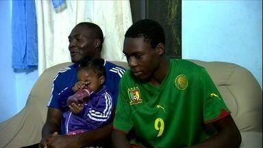 Família de Camarões se divide na torcida para a Copa do Mundo - Conheça uma família camaronesa que vive em Osasco, na Grande São Paulo. O país africano é um dos adversários que o Brasil enfrentará na primeira fase da Copa do Mundo. Sobre a torcida, pai e filho se dividem.