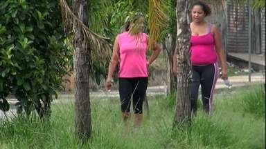 Pista de caminhada em Itaquera está intransitável - O canteiro proncipal da Avenida Nagib Farah Maluf, em Itaquera, tem uma pista de caminhada que parece mais uma prova de obstáculos. EM alguns lugares, o mato atinge a altura de uma pessoa.