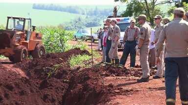 Três homens que trabalhavam numa obra em Paiçandu ficaram soterrados - Equipes do corpo de Bombeiros estão no local tentando resgatar as vítimas