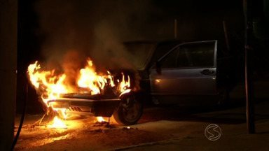 Carro pega fogo no bairro Ponto Azul, em Três Rios, RJ - Moradores controlaram as chamas com baldes d'água, segundo bombeiros; incidente foi provocado por uma explosão no motor.