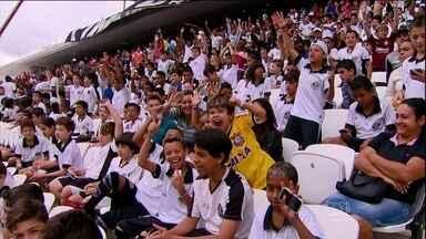 Crianças conhecem a Arena Corinthians - Cinco mil crianças de escolas públicas de São Paulo foram conhecer a Arena Corinthians, palco do jogo de abertura da Copa do Mundo. O evento serve para a organização ter a noção de como as coisas estão funcionando no estádio.