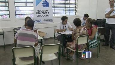 Secretaria de Habitação do estado realiza mutirões para diminuir índices de inadimplência - Moradores de Guaratinguetá (SP) tentaram renegociar a dívida neste sábado (26).