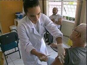 Pessoas que podem receber vacina contra gripe de graça lotaram os postos no sábado - Em todas as cidades, a maioria dos postos estava aberta hoje. Campanha vai até o dia 9 de maio.