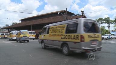 Trabalhadores do transporte escolar em fazem protesto no Recife - Eles saíram com as vans do bairro da Macaxeira e passaram por várias ruas da Zona Norte.