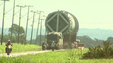 Peças gigantes da petrobrás são transportadas em Foz - O transporte exige uma operação especial até o Lago de Itaipu