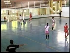 Esporte: Time feminino de Futsal de Valadares treina duro para competição - Time se prepara realizando amistosos.