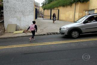 Falta de semáforo e faixa de pedestre coloca em risco alunos de escola em Pirituba - Está complicado chegar e sair da Escola Estadual Nossa Senhora Aparecida 2, no Jardim Paulistano. Pais e alunos têm que andar no meio dos carros correndo para não ser atropelados.