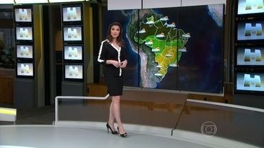Previsão é de chuva com ventania e granizo no Rio Grande do Sul - No Norte e Nordeste, pode ter pancadas de chuva. Deve chover mais fraco na maior parte do Centro-Oeste e do Sudeste. A temperatura não sobe muito em Curitiba, São Paulo, Rio de Janeiro e Porto Alegre.