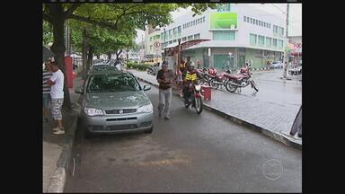Taxista vítima de assalto é ferido a facadas durante a ação dos suspeitos - Carro do taxista foi encontrado em um terreno no bairro Indianópolis, em Caruaru