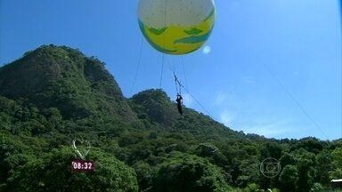 Ana Maria mostra acrobacia feita em bola a 20 metros de altura - Apresentação faz parte do Festival Internacional de Circo