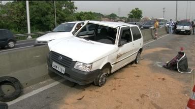 Polícia Civil investiga morte de PM na Linha Amarela - Um PM foi encontrado morto dentro do próprio carro na manhã deste sábado (03) na Linha Amarela, na Zona Norte do Rio de Janeiro. Ele foi baleado na cabeça quando dirigia na via expressa. O carro capotou.