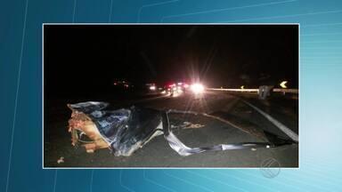 Acidente entre carro e ônibus deixa mortos e feridos em Juiz de Fora - Registro foi na BR-267 quando motorista tentou ultrapassar ônibus. Segundo PRF, três homens morreram e um ficou gravemente ferido.