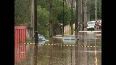Desabrigados voltam às casas em Francisco Beltrão - Cidade está se mobilizando e já arrecadou uma tonelada de roupas que serão entregues às vítimas da enchente