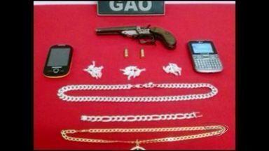 Arma e pedras de crack são apreendidas em operação policial no bairro Caiçara, no Sul ES - Suspeitos foram encaminhados para o DPJ de Cachoeiro.