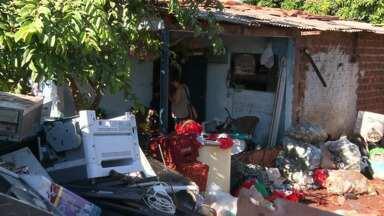 Moradores de Sarandi são notificados por lixo depositado nos quintais - Cidade vive epidemia da doença
