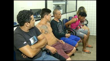 Três são presos embalando pasta base de cocaína em casa - Prisão aconteceu na noite de sexta-feira (2), no bairro Santarenzinho. Suspeitos estavam sendo investigados pelo Serviço Reservado da PM.