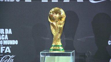 Taça da Copa do Mundo está em Curitiba - A visitação era somente para quem se cadastrou pela internet