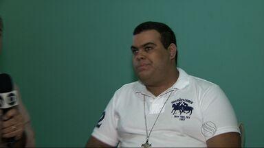 Cantor Rogério permanece na UTI por causa de complicações no fígado - Sobrinho diz que ele está consciente e estável, mas situação é delicada.Ícone da cultura popular está há dez dias na UTI do Huse.