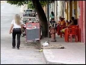 Estabelecimentos de Teófilo Otoni desrespeitam código de posturas - Estabelecimentos colocam mesas e cadeiras nas calçadas da cidade.