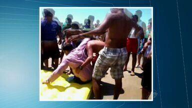 Vídeo mostra resgate de vítimas de acidente de helicóptero - Seis passageiros passam bem após queda de aeronave na Praia do Presídio na manhã deste sábado