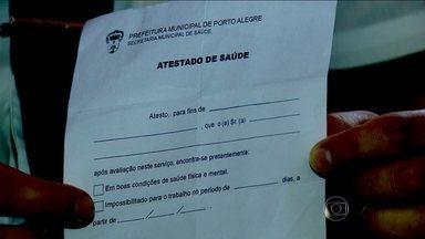 Atestados médicos são vendidos em Porto Alegre - Atestados médicos são vendidos livremente em uma região de comércio popular de Porto Alegre. Os compradores usam a fraude para faltar ao trabalho. O esquema acontece no camelódromo da capital gaúcha.