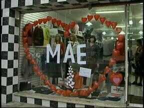 Comércio tem esperança de boas vendas para o Dia das Mães - Filhos aproveitam para comprar.