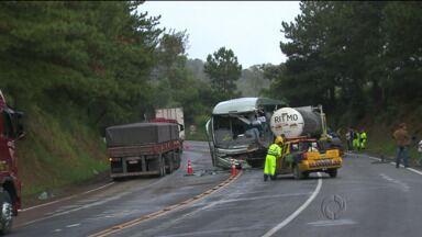Três pessoas morreram batida na BR-116 no sentido São Paulo - O acidente foi entre um ônibus e um caminhão.