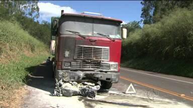 Fim de semana teve dois acidentes graves na região de Londrina - Em um deles, um guarda municipal morreu depois de bater em um caminhão.