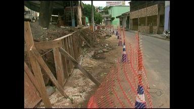 Motoristas que passam pela Ilha da Luz, no Sul do ES, encontram via em obras - Intervenções na região tiveram início com a construção de duas faixas elevadas.