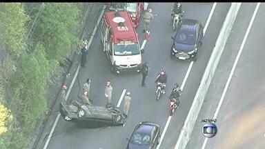 Acidente tumultua o trânsito na Grajaú-Jacarepaguá - Um motorista capotou na descida da Autoestrada Grajaú-Jacarepaguá. Um grande congestionamento se forma no local no começo da manhã desta terça-feira (13). A alternativa para os motoristas é a Linha Amarela.