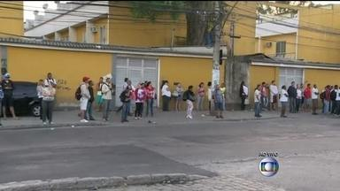 Moradores da Taquara enfrentam dificuldades no transporte público - Muitos passageiros passaram a madrugada na rua esperando o transporte público. Essa é a segunda paralisação em menos de duas semanas.
