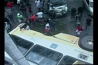 Novas imagens mostram os momentos seguintes ao acidente entre um ônibus e um carro - Uma pessoa morreu no último sábado (10), no cruzamento das avenidas Independência e Augusto Montenegro em Belém.