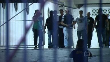 Polícia do Recife faz reconstituição do caso do torcedor morto por vaso sanitário - A polícia do Recife fez na noite desta segunda-feira (12) a reconstituição da morte do torcedor atingido por um vaso sanitário. Estavam presentes dois acusados do crime.