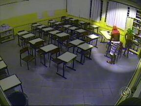 Três crianças e dois adolescente são suspeitos de atos de vandalismo em escola de Avaré - Três crianças e dois adolescentes são suspeitos de terem cometido atos de vandalismo e de furtar uma escola na semana passada, em Avaré (SP). O mais impressionante é a idade de alguns.