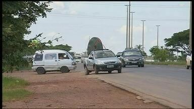 Motoristas se arriscam para acessar a BR-060, na altura de Samambaia - Os condutores são obrigados a entrar e sair da estrada na pista de alta velocidade. A construção de uma pista marginal, na altura de Samambaia, foi interrompida pelo processo de privatização da rodovia.