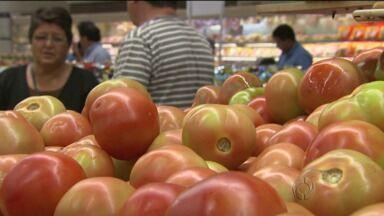 Preço do tomate subiu em Cascavel e Curitiba mas caiu em Londrina - Entenda porque essa variação de preço pode ocorrer entre regiões do estado.