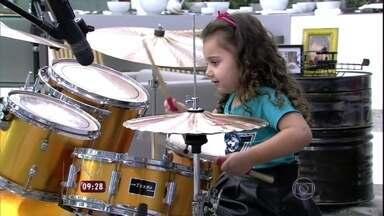 Duda, de apenas quatro anos, arrasa tocando bateria no Mais Você - Vídeo da menina em loja de instrumentos musicais bombou na internet