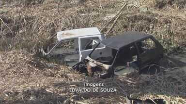 Moradores encontram carcaças de carros e motos em terreno de Campinas - Moradores da região do DIC 1 encontraram carcaças de carros e motos abandonadas depois de fazerem a limpeza de um terreno.