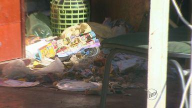 Casa lotada de lixo incomoda moradores em Ribeirão Preto - Segundo vizinhos, o dono do imóvel divide o espaço com usuários de drogas.