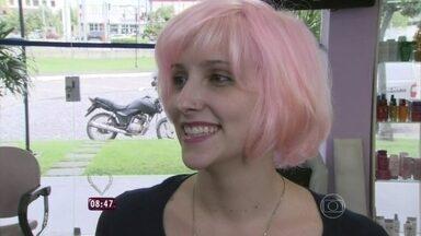 Dani Monteiro vai às ruas em busca de quem queira pintar o cabelo de rosa - Digna Castro, cabeleireira que pintou cabelo de Bruna Linzmeyer, tinge madeixas de Marcela