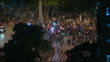 Protesto contra a Copa do Mundo reúne centenas de pessoas no Centro de BH - Integrantes de movimentos sociais e servidores municipais em greve se uniram em manifestação que passou pela Praça Raul Soares e outros pontos do centro da capital.