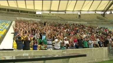 Voluntários da Copa começam a se preparar para o Mundial - No Rio, foram escalados 1,8 mil voluntários. O treinamento está acontecendo no Maracanã