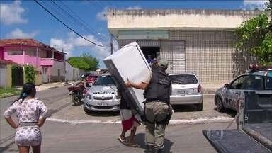 Polícia começa a devolver objetos furtados durante greve da PM em PE - Em Abreu e Lima, na região metropolitana do Recife, a polícia começa a devolver para as lojas mercadorias roubadas das lojas durante a greve da Polícia Militar. Os agentes tiveram que levar tudo para um galpão, para organizar as devoluções.