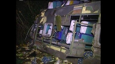 Dois acidentes graves deixam 13 mortos na BR-262, em MG - Um ônibus de turismo que ia de Caldas Novas, em Goiás, para Belo Horizonte, caiu em uma ribanceira perto de Luz. No trevo de Sacramento, no Triângulo Mineiro, um carro bateu de frente com um caminhão.