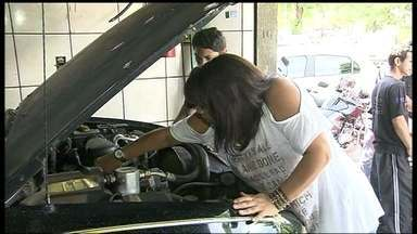 Mulheres fazem curso gratuito de mecânica - Com o objetivo de aprender o básico sobre o funcionamento dos automóveis, o Detran oferece à elas noções básicas de mecânica.