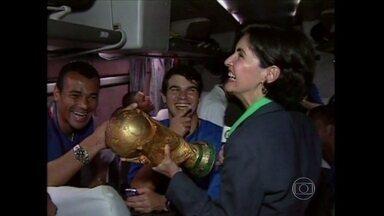 Relembre Fátima Bernardes quando foi musa da seleção brasileira em 2002 - Apresentadora acompanhou seleção no ônibus