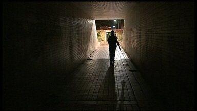 Passagens subterrâneas não têm iluminação e nem segurança - As passagens subterrâneas do Eixão, na Asa Sul, são uma dor de cabeça para quem precisa fazer a travessia. Falta limpeza, iluminação e segurança.